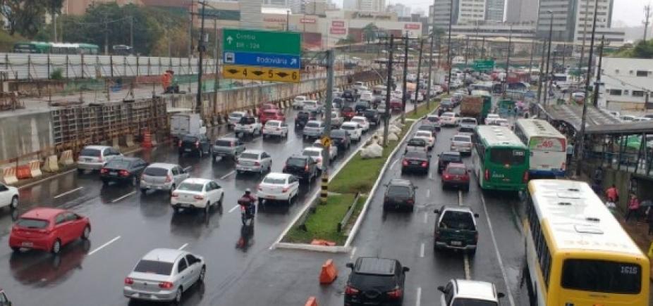 [Motoristas do transporte complementar fazem protesto em direção ao Shopping da Bahia]