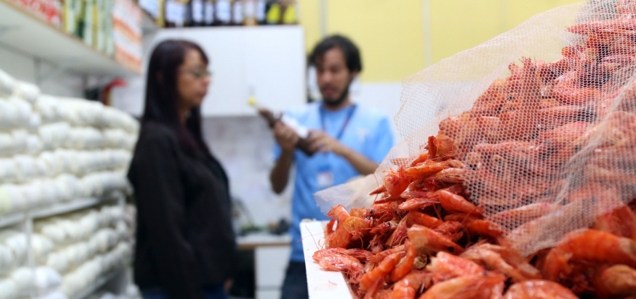 [Mercado do Rio Vermelho tem 15 estabelecimentos notificados por desrespeito a leis do consumidor]