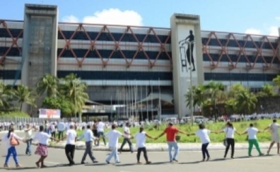 Manifestantes promovem abraçaçocontra transferênciado Centro de Convenções