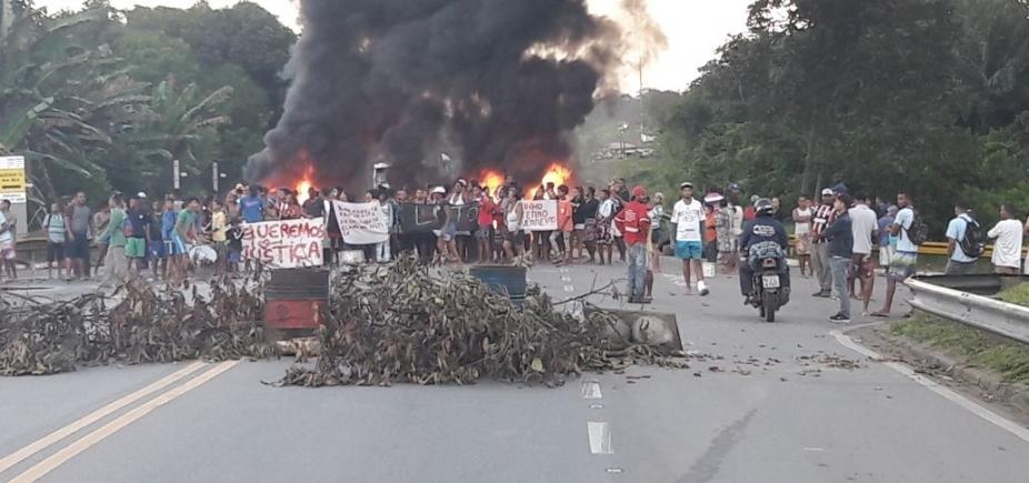 [Após morte de líder comunitário, grupo queima pneus e bloqueia BA-524]