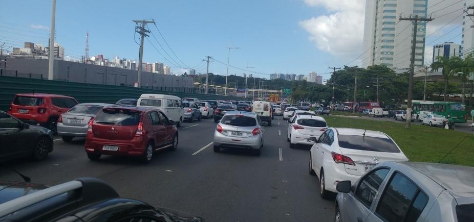 [Grande fluxo de veículos complica trânsito em regiões de Salvador; confira ]