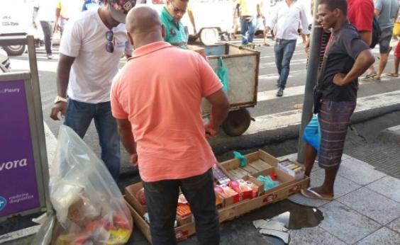 Alimentos vencidos são apreendidos de ambulantes irregulares na Av. Joana Angélica