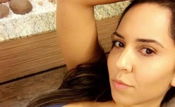 Mulher Melão põe bumbum pra jogo em foto sensual na praia: Muita abundância