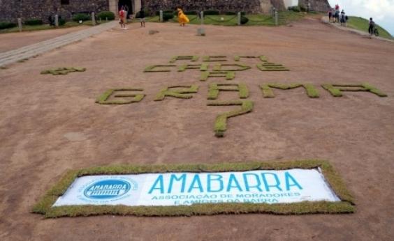 Gramado do Farol sofre com descaso e presidente da Ama Barra ironiza: Lindo para quem gosta do Saara