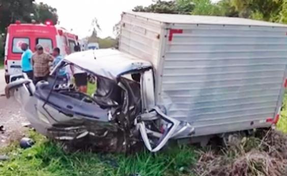 Motorista de caminhão-baú morre em acidente com carro no sul da Bahia