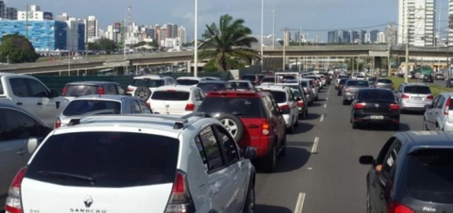 [Manifestação na Av. Dorival Caymmi causa congestionamento desde Piatã]