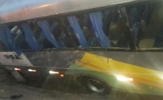 Colisão entre carro e micro-ônibus mata idoso e deixa 16 feridos na BA-052