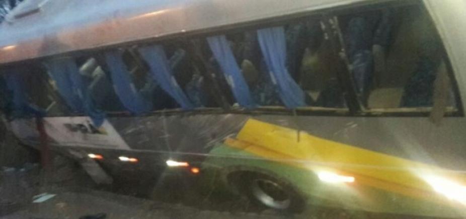 [Colisão entre carro e micro-ônibus mata idoso e deixa 16 feridos na BA-052]