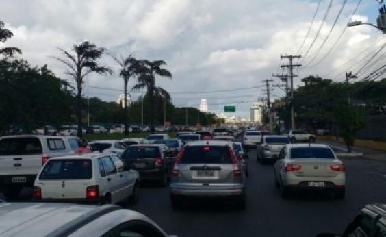 Mesmo com fim da manifestação, trânsito continua lento na A. Dorival Caymmi