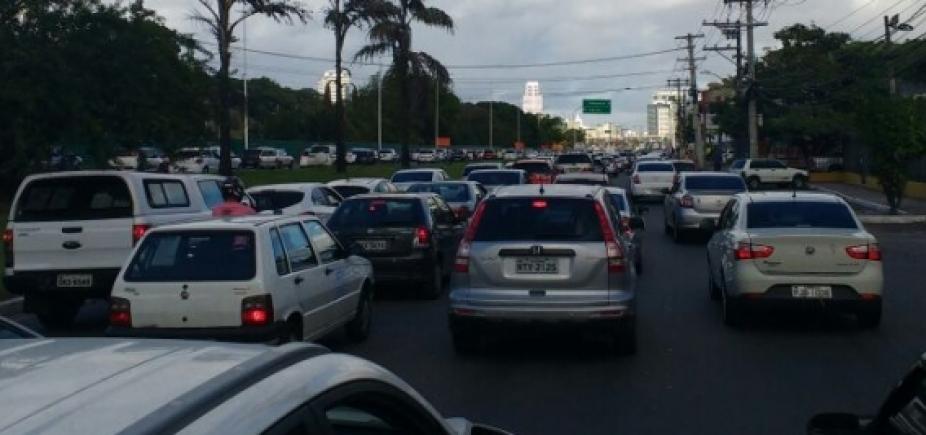 [Mesmo com fim da manifestação, trânsito continua lento na A. Dorival Caymmi]