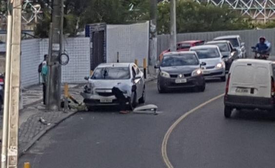 Em acidente, Carro quebra poste de luz no Costa Azul