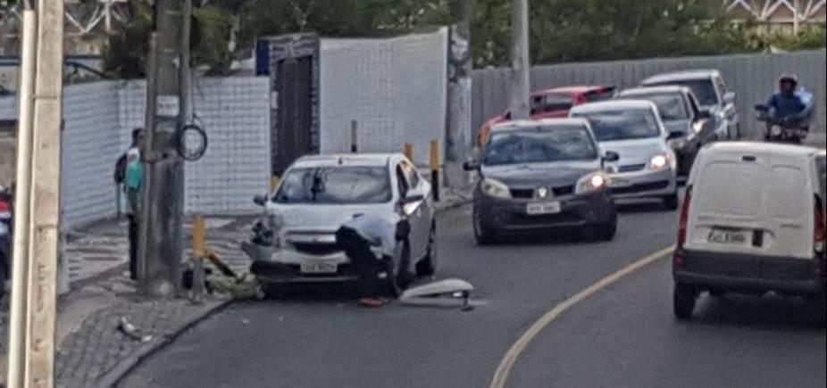 [Em acidente, Carro quebra poste de luz no Costa Azul]