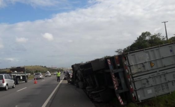 Pedestre morre após ser atropelado por caminhão na Via Parafuso