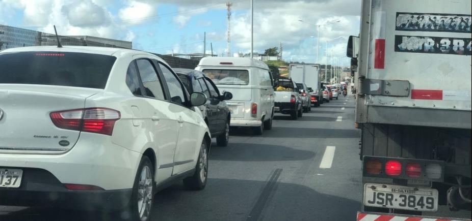 [Acidentes causam congestionamento no Rio Vermelho e na BR-324 sentido Salvador]