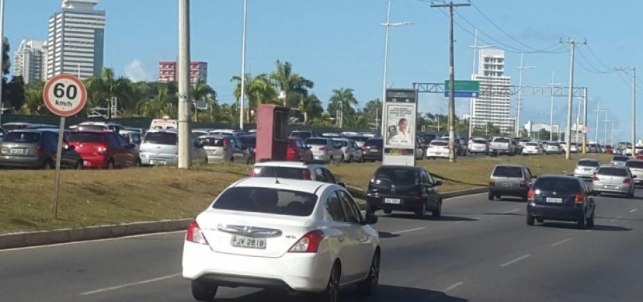 [Motorista perde o controle do veículo e carro cai em córrego na Av. Jorge Amado]
