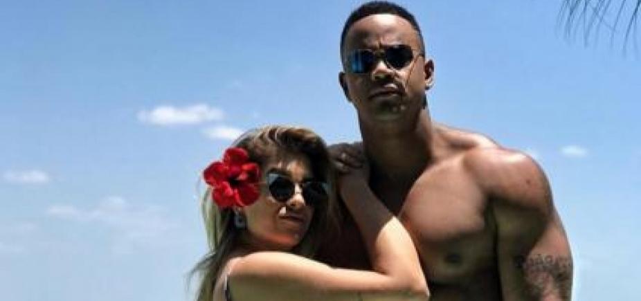[De lingerie, Lore Improta pede Léo Santana em casamento e ele brinca: \