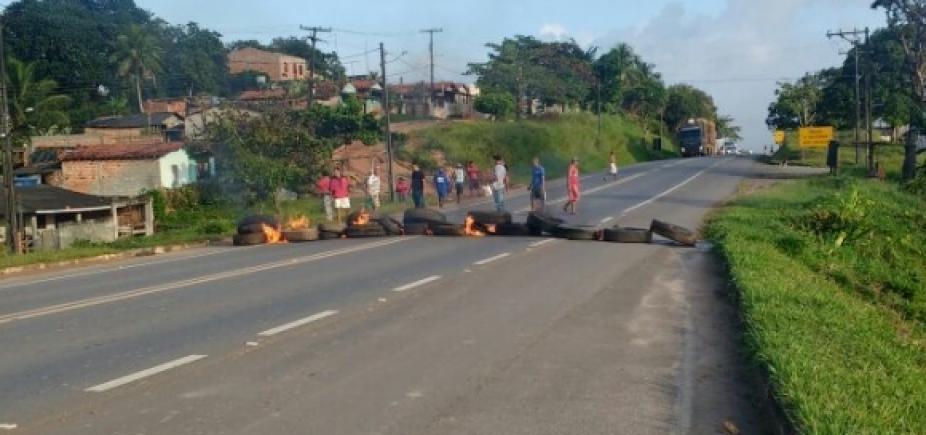 [Manifestantes queimam pneus contra a retirada de lombadas na BA-093]
