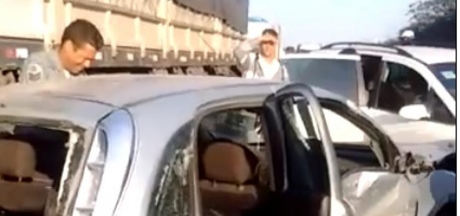 [Colisão entre carreta e cinco veículos causa congestionamento na BR-324; vídeo]