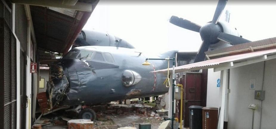 [Avião da Marinha com 40 pessoas colide em base policial]
