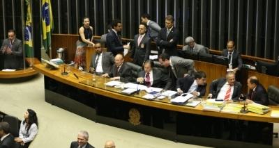 Senado promulga emenda constitucional e 2018 terá cláusula de barreira