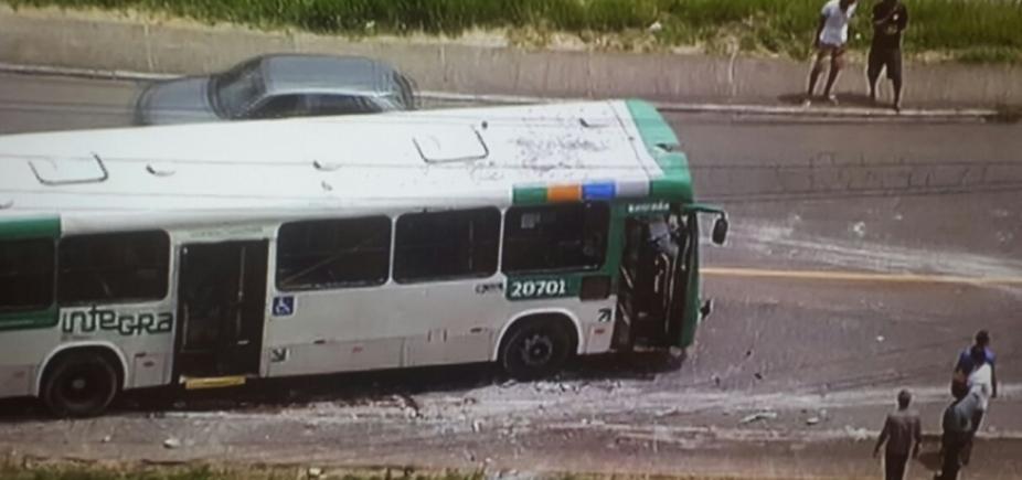 [Ônibus bate em poste e deixa ao menos oito feridos em Cajazeiras ]