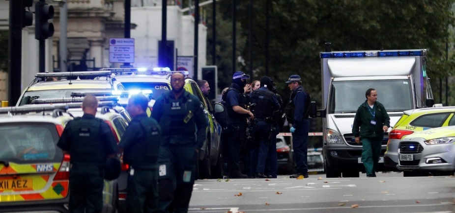 [Carro invade calçada e deixa feridos em Londres ]