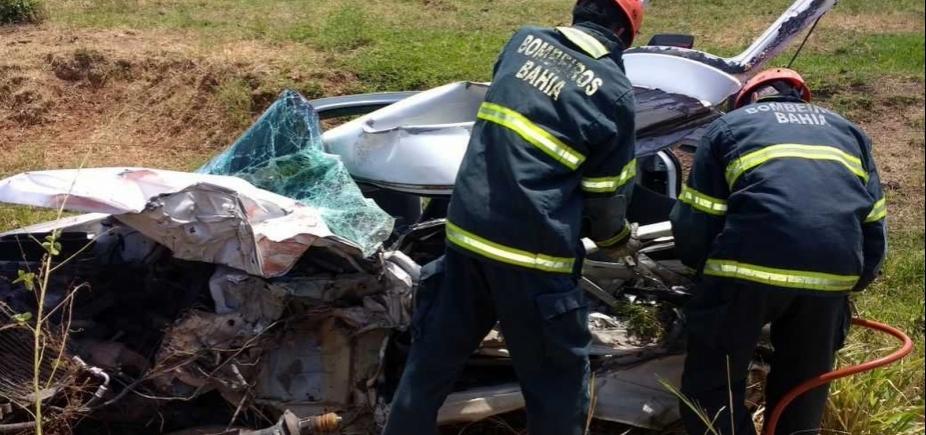[Motorista de carro morre após colisão frontal do veículo com caminhão]