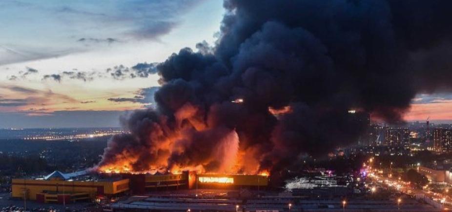 [Mais de três mil pessoas são retiradas de shopping após incêndio em Moscou ]