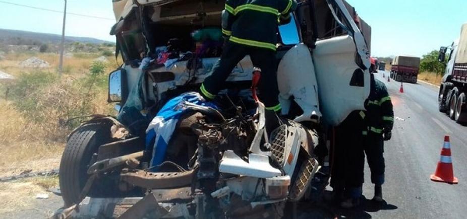 [Colisão entre carreta e caminhão mata homem de 31 anos na BR-242 ]