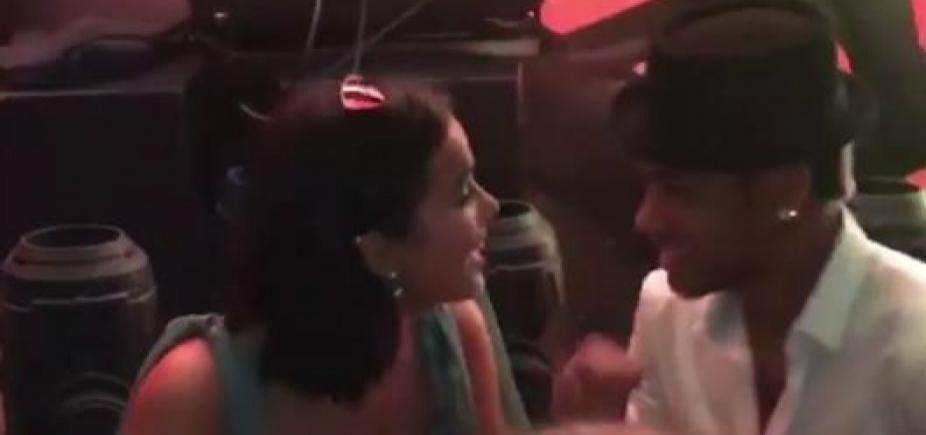 [Beijaço de Bruna Marquezine e Neymar em casamento viraliza na web; assista]