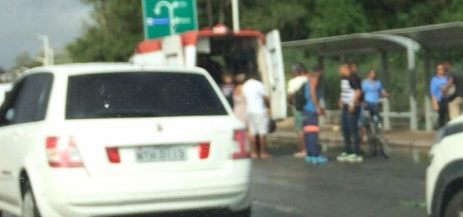 [Motoristas enfrentam congestionamento na Estrada do Coco sentido Salvador]