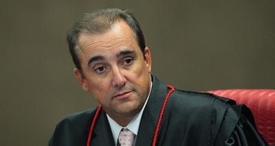 Acusado de agressão, ministro diz que olho roxo da esposa foi provocado por queda em listerine