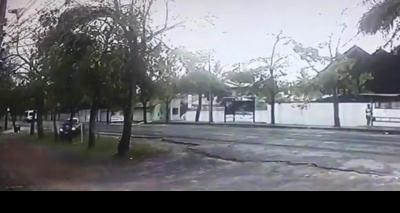 Câmera flagra acidente em que professor da Uesb morre após bater carro em árvore; vídeo