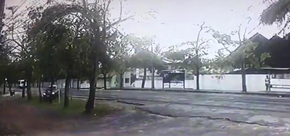 [Câmera flagra acidente em que professor da Uesb morre após bater carro em árvore; vídeo]