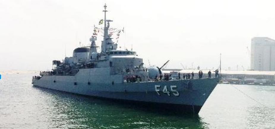 """[Fragata """"União"""" chega a Salvador após missão no Líbano]"""