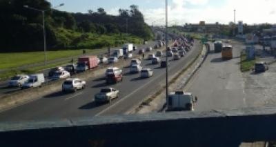 Caminhão quebrado no viaduto Mário Andreazza causa congestionamento na Paralela