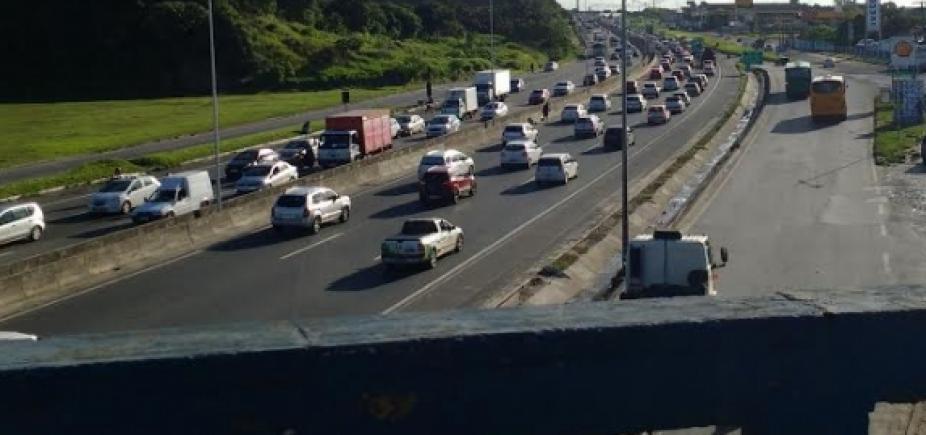 [Caminhão quebrado no viaduto Mário Andreazza causa congestionamento na Paralela]
