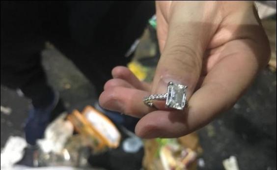 Casal recupera anel de diamante jogado por engano no lixo