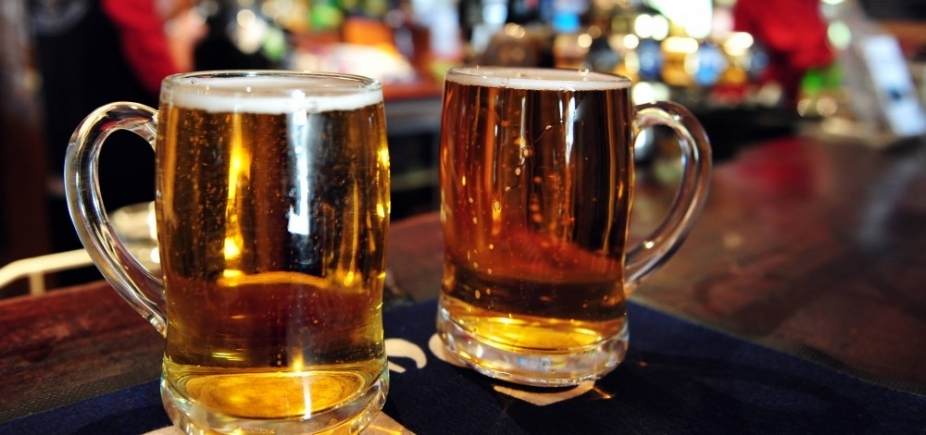 [Polícia descobre fábrica que falsificava rótulos de cervejas e prende suspeitos]