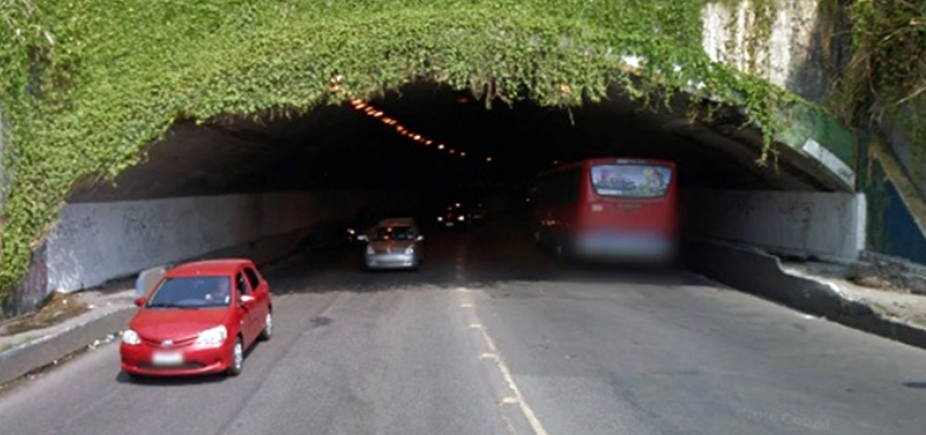 [Carro capota no túnel Américo Simas e deixa trânsito travado na região]