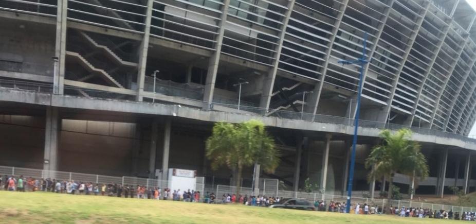 [Torcida do Corinthians forma fila extensa para garantir ingresso de jogo contra o Bahia]