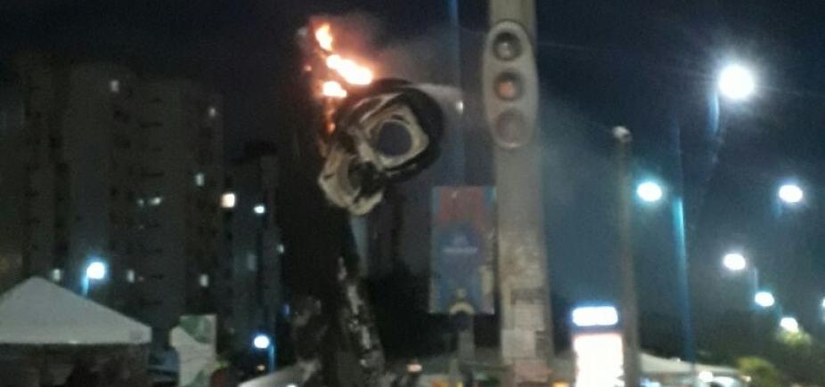 [Sinaleira pega fogo na Av. Jorge Amado, no Imbuí ]