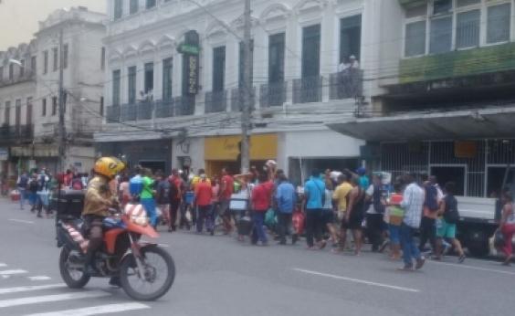 Baleiros realizam protesto no centro da cidade