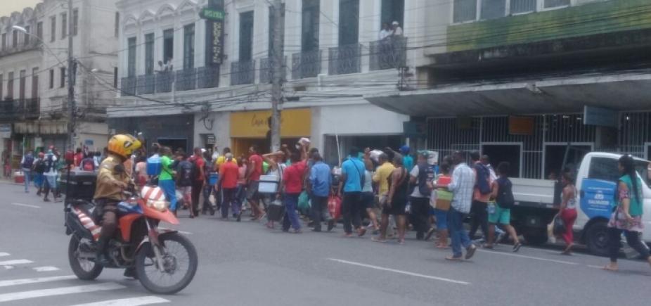 [Baleiros realizam protesto no centro da cidade]