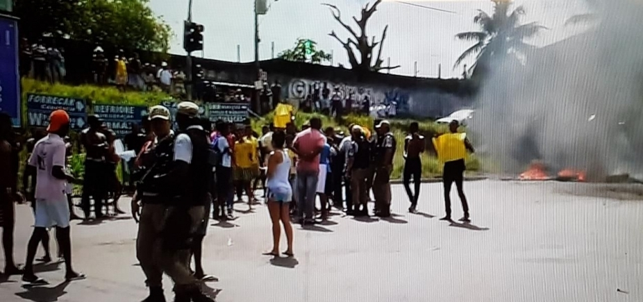 [Manifestantes fazem protesto e fecham vias em Campinas de Pirajá]