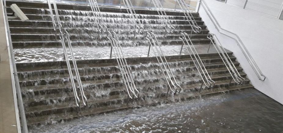 [Com chuvas, escada vira cachoeira na Rodoviária de Salvador; veja vídeo]