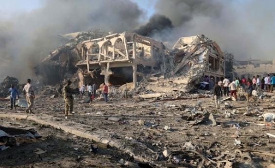 Manifestantes vão às ruas da Somália em protesto aataque que deixou 302 mortos no país