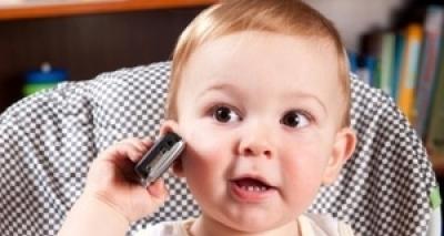 Bebê de 2 anos brinca com celular e faz transmissão ao vivo do banho da mãe