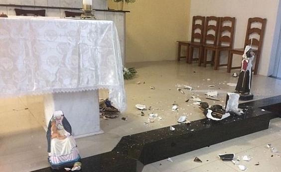 Apóssurto, homem destrói imagens de igreja em Arembepe