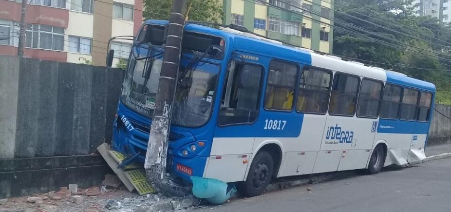 [Ônibus sem freio bate em poste no bairro do Imbuí; confira trânsito ]